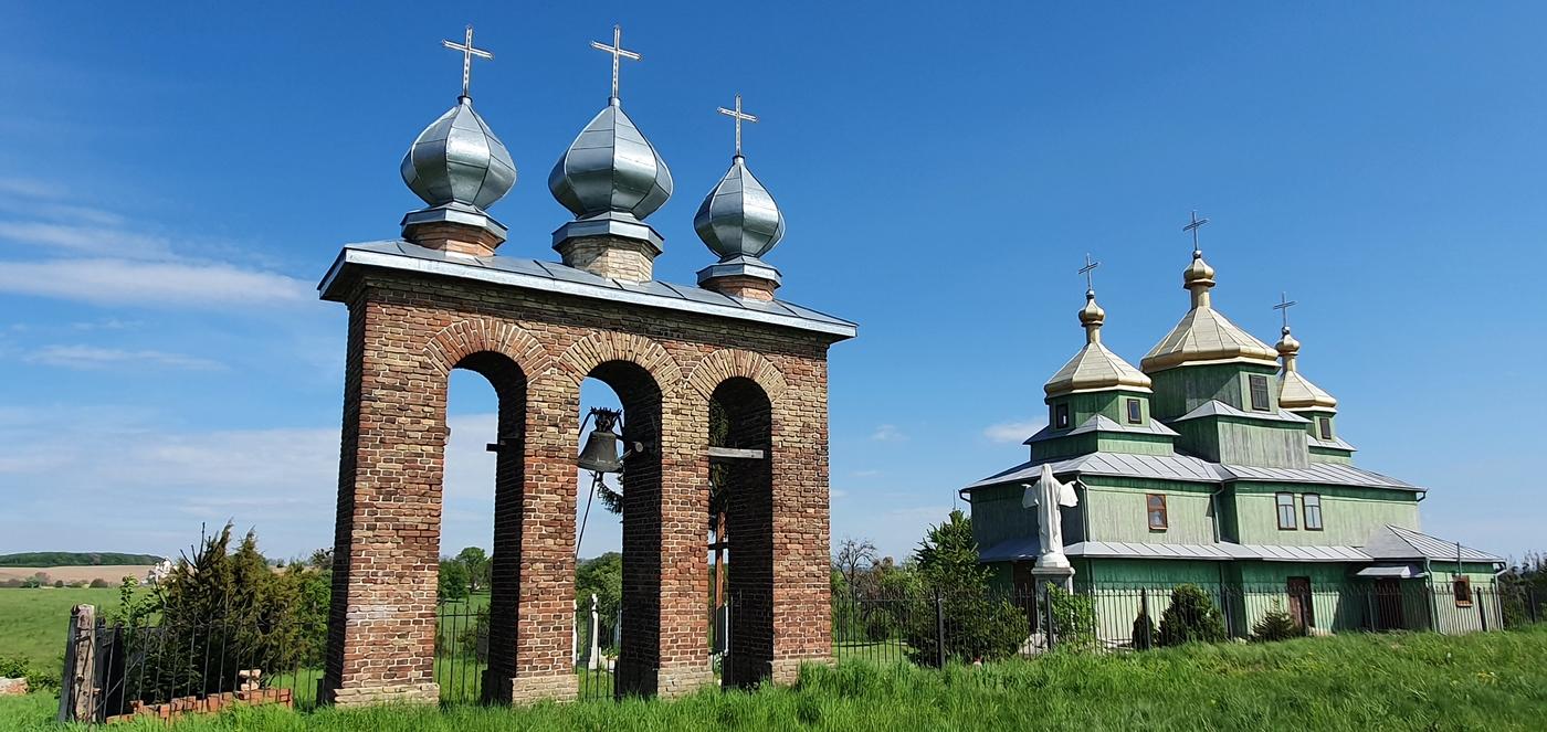 дзвінниця біля дерев'яної церкви Покрови Пресвятої Богородиці у Шмиткові (Гута) - відреставрована у 1992 році