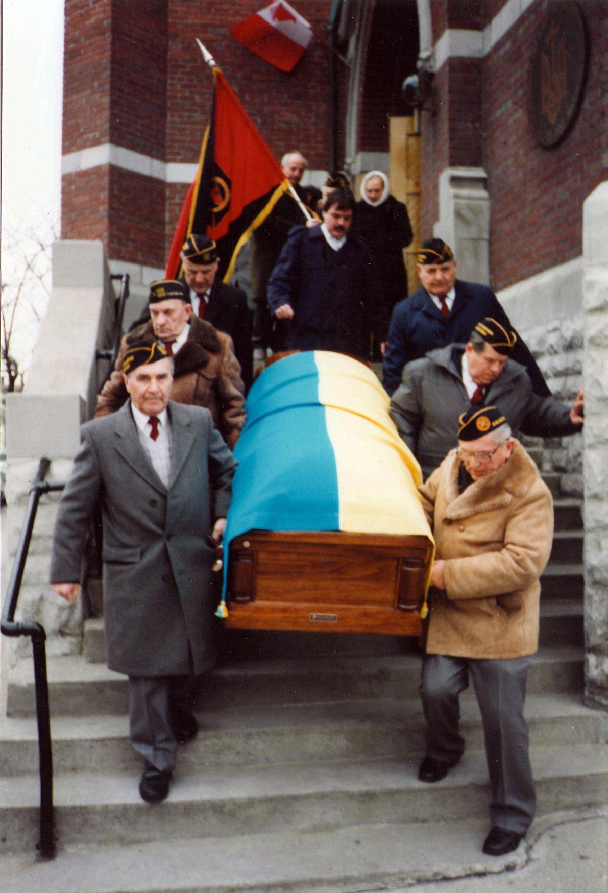 Знімки з похоронів в днях 28-го і 29-го ХІІ. 1993 р. сл. п. Володимира Макара. ( +26. ХІІ. 93 р.) в Торонто, Канада для вп. п. Ганни Томчук.