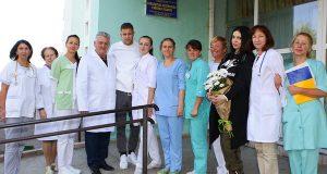 Артем з дружиною Ганною в Сокальській лікарні. фото ФК Динамо